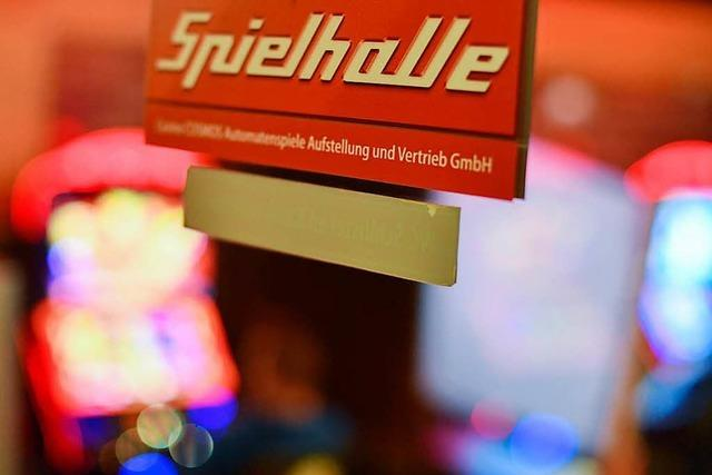 Maskierter überfällt Spielothek in Titisee-Neustadt und sperrt Angestellte ein