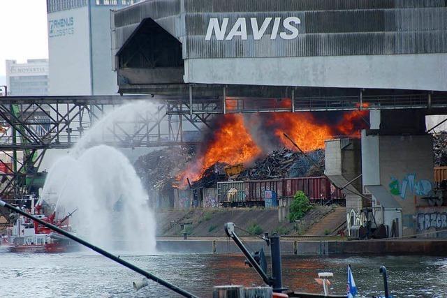 Bei Rhenus in Basel brannten Schrott und Eisenbahnschwellen
