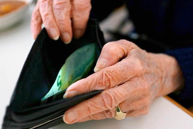 Hungrige Frauen beklauen Senior in der Küche