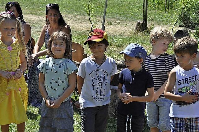 Kinder präsentieren sich