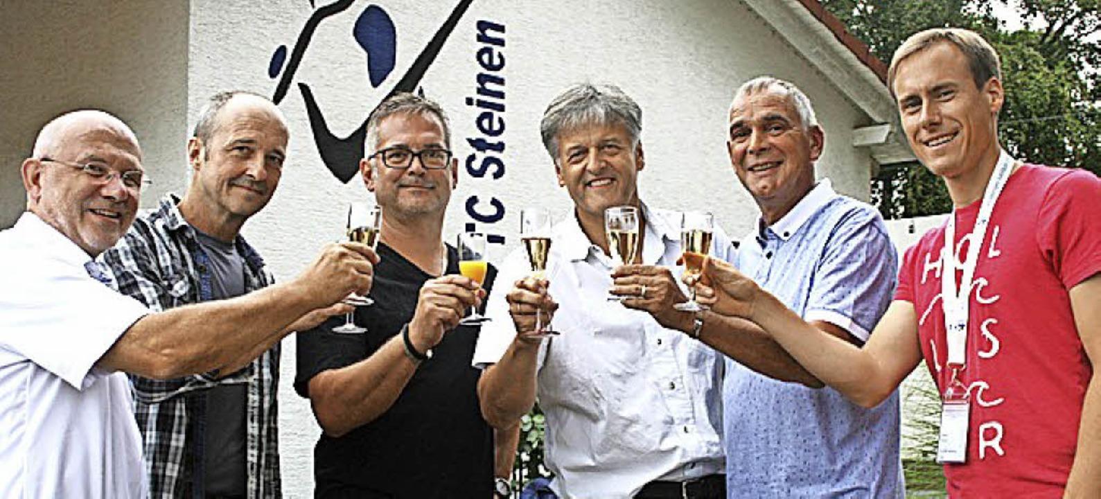 <BZ-FotoAnlauf>Tennis-Club Steinen</BZ...on rechts) zum Ehrenmitglied ernannt.   | Foto: Ralph Lacher