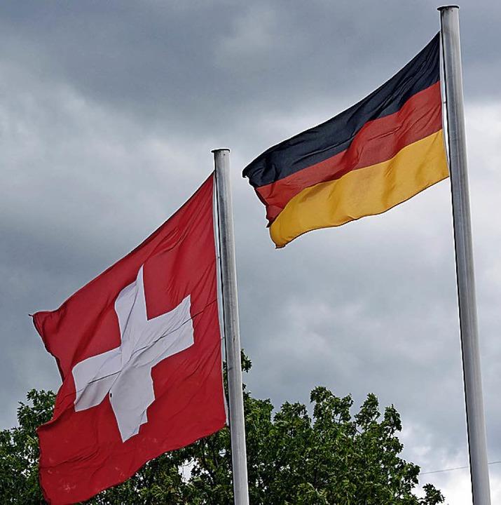Deutsche und Schweizer arbeiten meist eng zusammen.      Foto: dpa