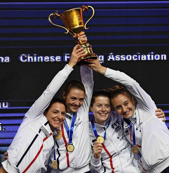 Nicht nur die Fußball-, sondern auch d...ie Goldmedaillen und den Siegerpokal.   | Foto: AFP