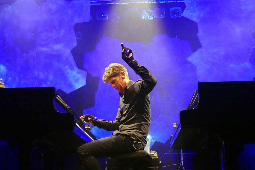 Ralf Schmid mit Datenhandschuh im Konzert   | Foto: Wolfgang Grabherr