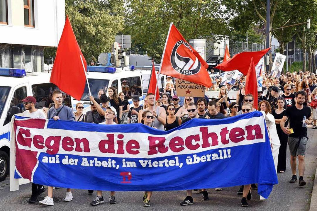 Laut zogen die rund 200 Demonstranten ... Zähringer Straße Richtung Bürgerhaus.  | Foto: Thomas Kunz