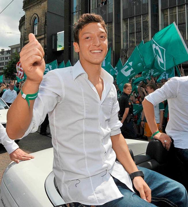 Im Jahr 2009 feierte Özil den DFB-Pokalsieg von Werder Bremen.  | Foto: dpa