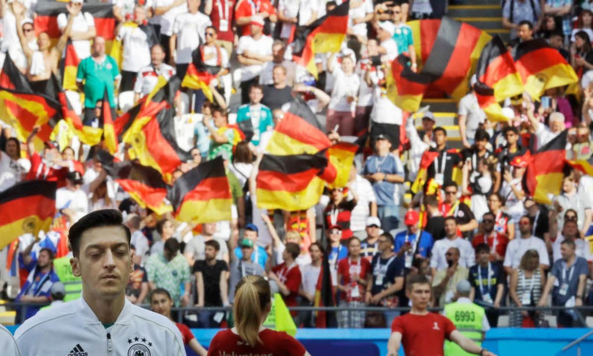 Özil hört vor dem WM-Spiel gegen Südkorea die Nationalhymne.  | Foto: dpa