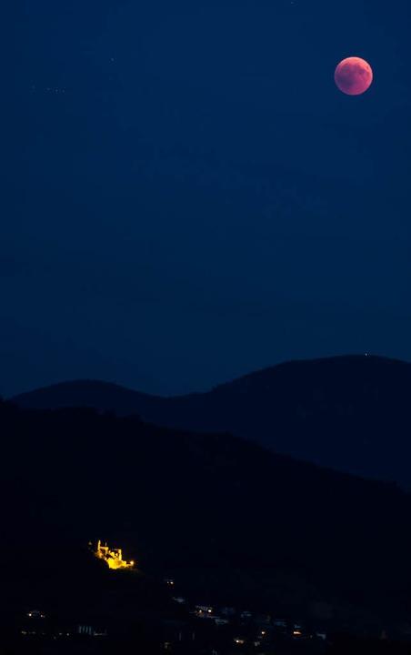 Mondfinsternis über der Staufener Burg  | Foto: Werner Heinrichs