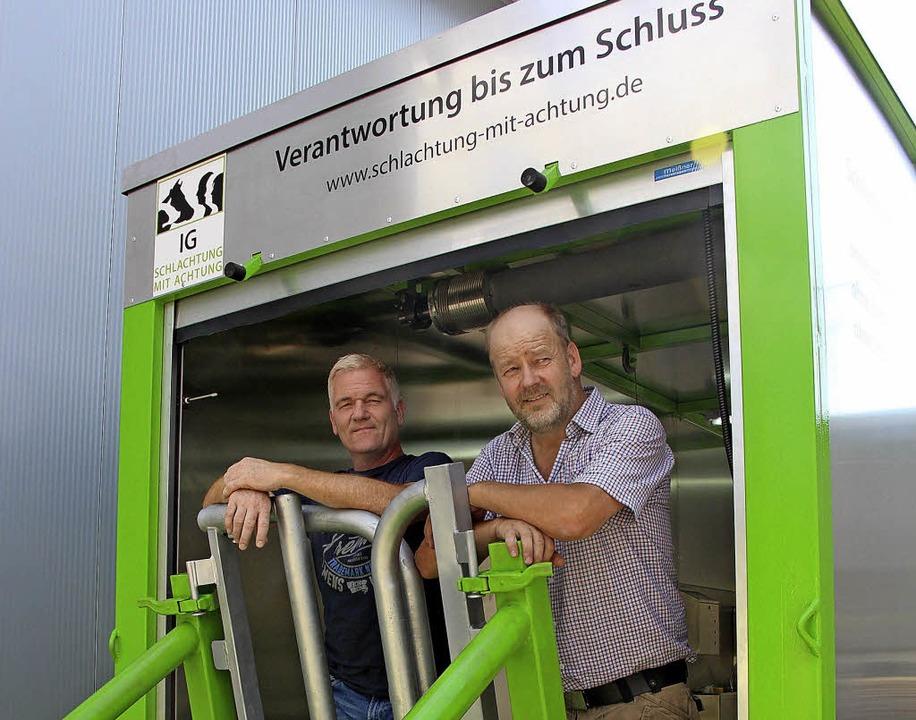 Peter Brandmeier (links) und Thomas Ma...achtung im Haltungsbetrieb ermöglicht.  | Foto:  Christine Speckner