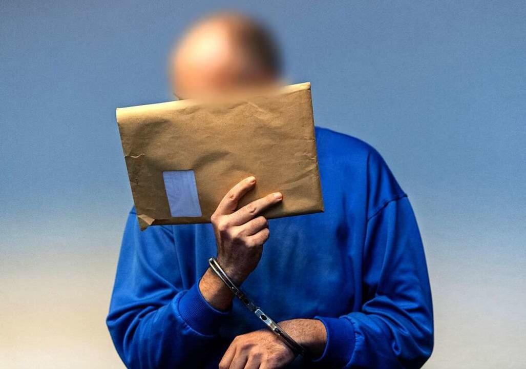 Markus K. versteckt sein Gesicht vor den Fotografen.  | Foto: dpa