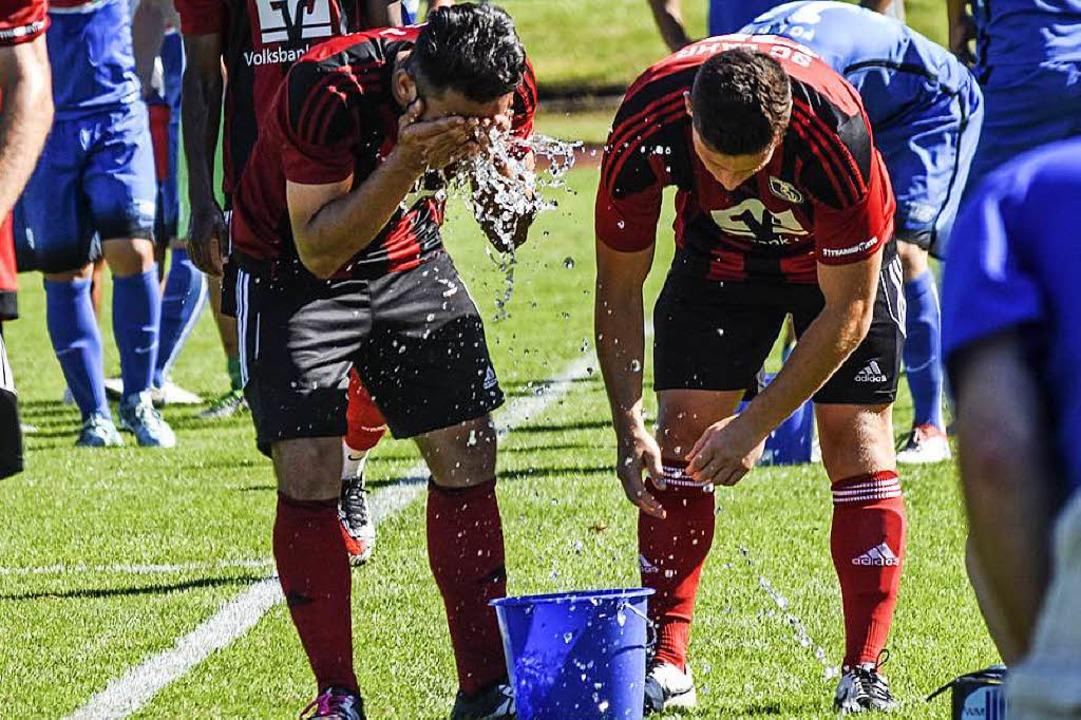 Abkühlung tut Not. Lahrer Fußballer vor Jahresfrist.     Foto: Sebastian Köhli