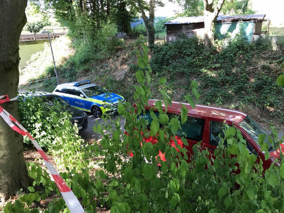 Die Polizei sicherte am Tatort am west...Ende der Ferdinand-Weiß-Straße Spuren.    Foto: Daniel laufer
