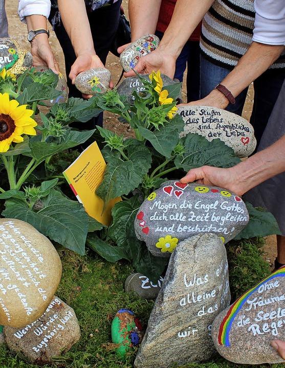 Die auf Steinen verewigten guten Wünsche der Alltagsbegleiterinnen.   | Foto: Erich Krieger