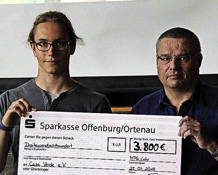 <BZ-FotoAnlauf>MPG Lahr: </BZ-FotoAnla...berreicht den Scheck an Fritz Keiper.   | Foto: Schule