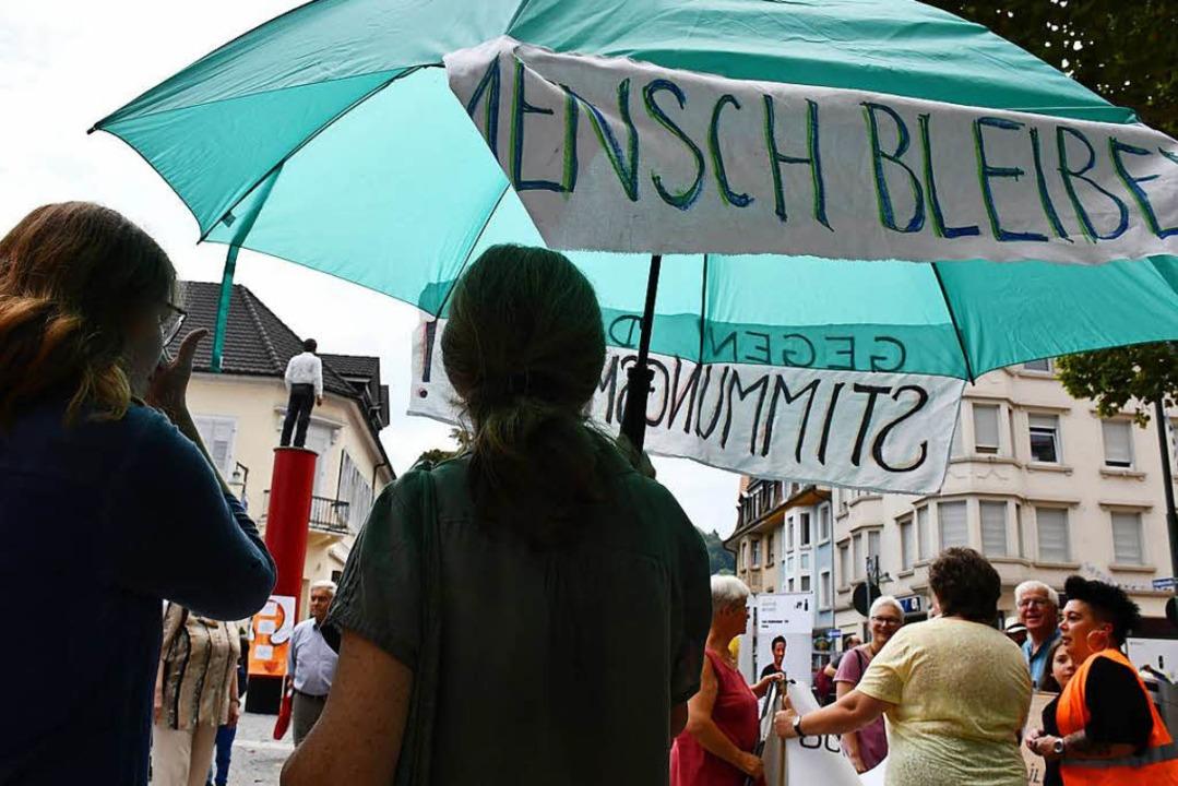 Für eine menschliche Flüchtlingspoliti...rierten Menschen auf dem Senser Platz.  | Foto: Barbara Ruda