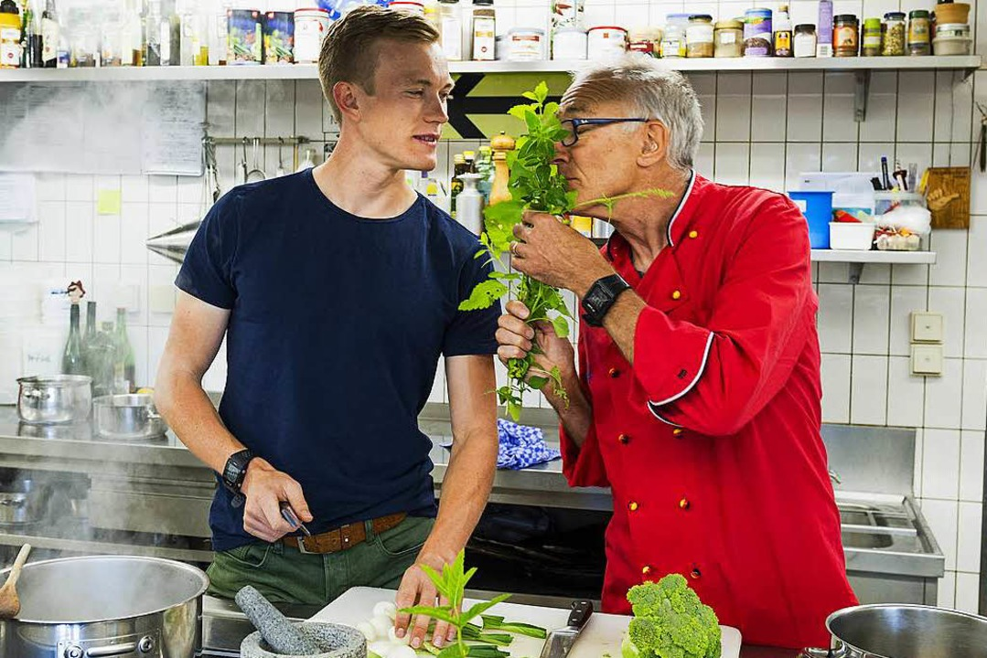 Wenn der Vater mit dem Sohne: In der K...nd Benedikt Doll   unverkennbar Spaß.   | Foto: daniel schoenen