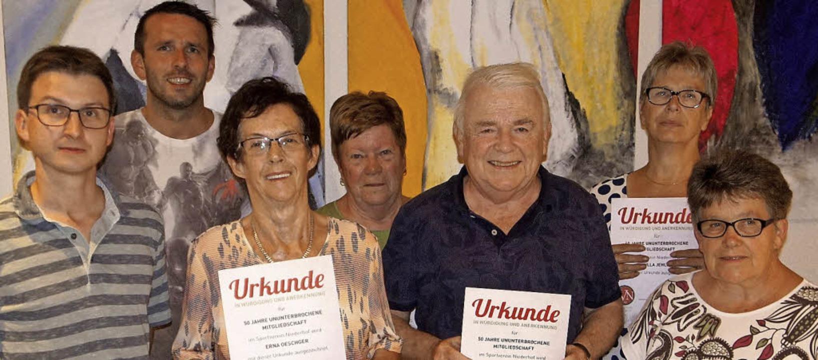 Beim  SV Niederhof wurden  Manuel Kais...Jahre) und Brigitte Baier (50 Jahre).   | Foto: Reinhard Herbrig