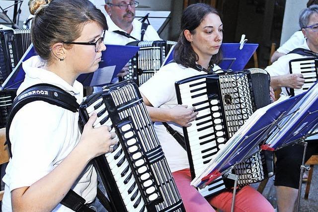 Dorfhock mit Mondfinsternis und Musik
