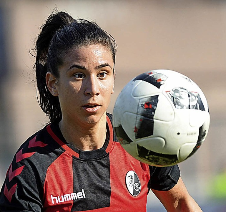 Den Ball im Blick:  Nationalspielerin ...Kayikci vom Bundesligisten SC Freiburg  | Foto: seeger