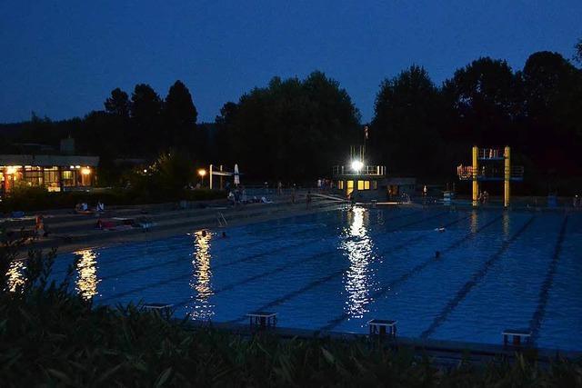 Sommernachtschwimmen im Rheinfelder Freibad unter blutrotem Mond