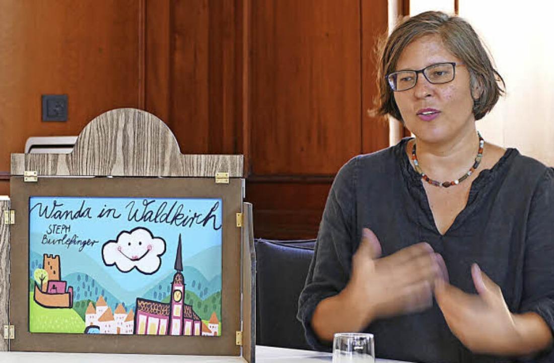 Steph Burlefinger erklärt  ihr Bilderb...n den Kindergärten schon gern genutzt.    Foto: Sredniawa
