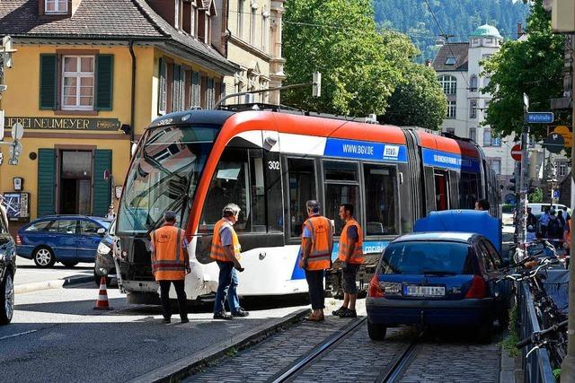 Falschabbieger kollidiert an Schwabentorring mit Straßenbahn – die entgleist
