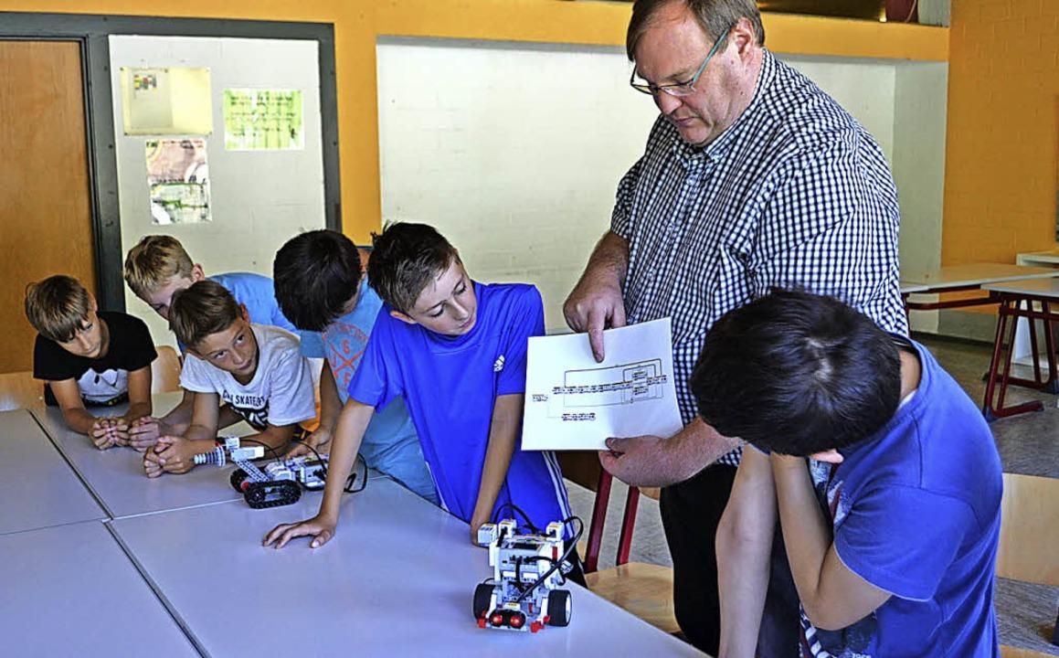 <BZ-FotoAnlauf>Robotec-AG an der Morz:...achlehrer Hartmut Schwäbl vermittelt.   | Foto: Paul Berger
