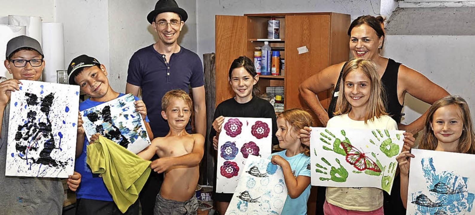 Acht Kids im Alter zwischen sieben und...übli stolz ihre farbenprächtigen Werke  | Foto: Hans-Jürgen Hege
