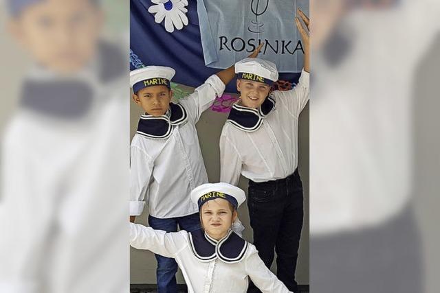 Rosinka-Kinder gehen tanzend in die Ferien