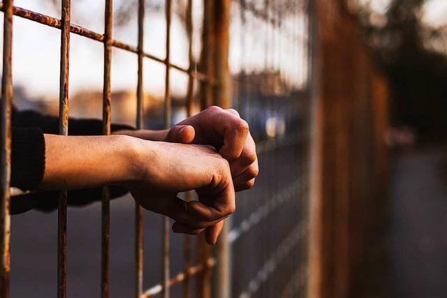 Häftlinge seilen sich mit Bettlaken von Gefängnisdach ab