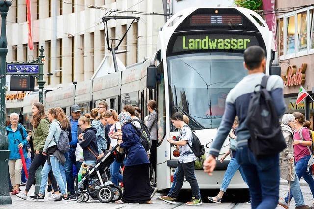 Scheibe einer Straßenbahn eingetreten und Fahrer beleidigt – Festnahme