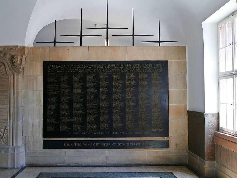 Die Gedenkstätte direkt dahinter erinn...tisch ist die Inschrift auf der Tafel.  | Foto: Joshua Kocher