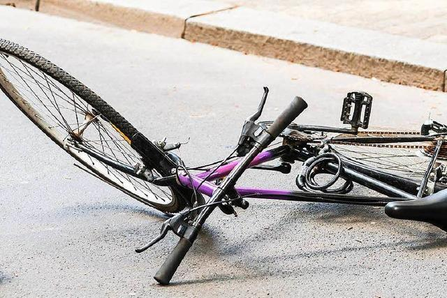 Unbekannter beklaut bewusstlosen 18-Jährigen, der vom Fahrrad gestürzt war
