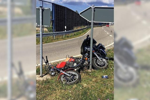 Zwei Motorradfahrer leicht verletzt