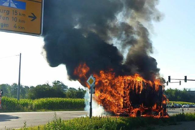 12-Tonner geht plötzlich in Flammen auf und wird völlig zerstört