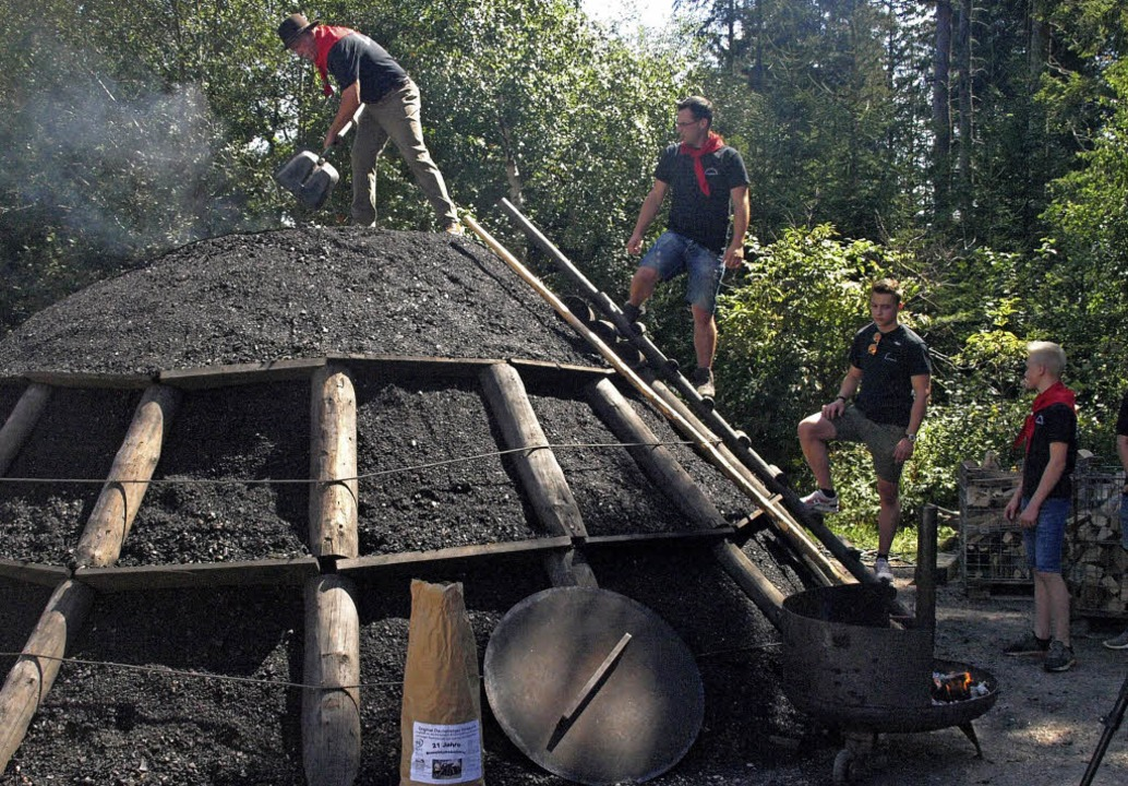 Am Sonntag wurde der Kohlenmeiler auf ...ssenem Handwerker- und Brauchtumsmarkt  | Foto: Karin Stöckl-Steinebrunner