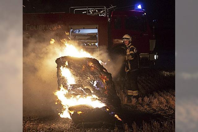 Feuerwehr löscht Strohbrand