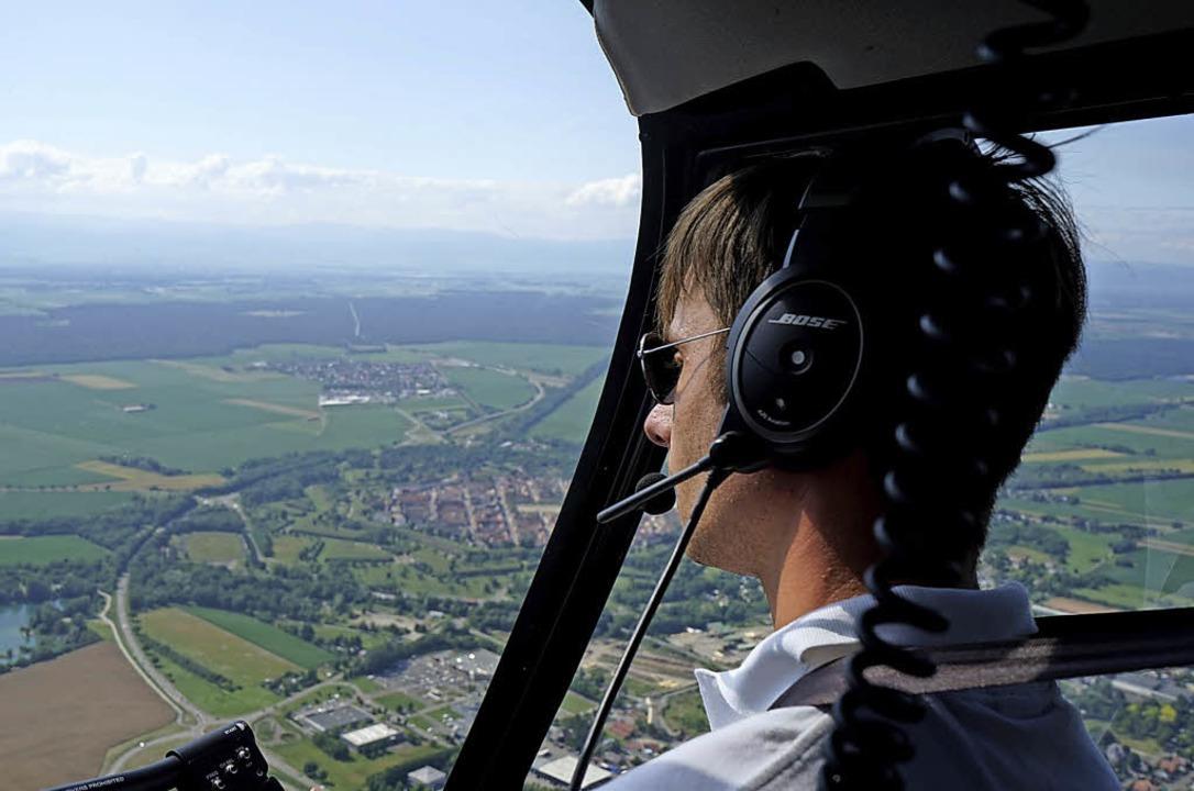 Herr der Lüfte: Der Pilot von Heli Traveaux steuert Neuf-Brisach an.   | Foto: Julius Steckmeister