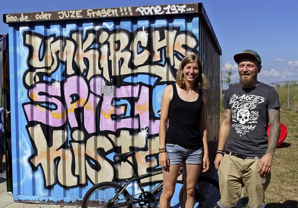 Hannah Heinz-Fischer und Simon Reuter betreuen die Spielkiste in Umkirch.   | Foto: Lena Roser