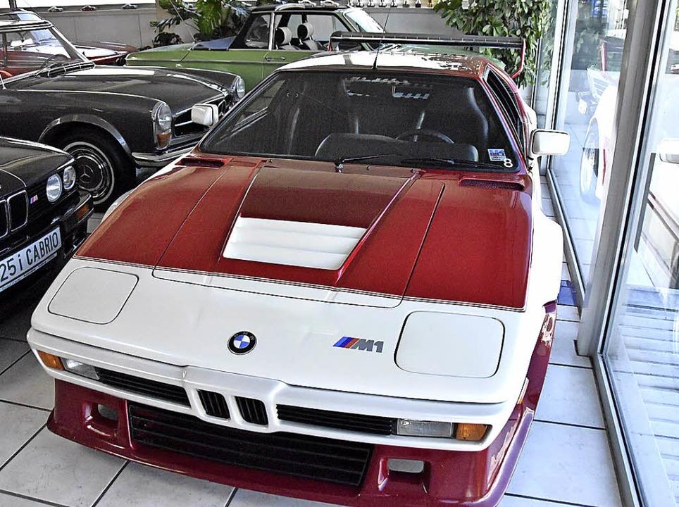 Reinhard Kleißler (links) hat seinen O...gebot ist ein BMW M1 für 785000 Euro.   | Foto: Max Schuler