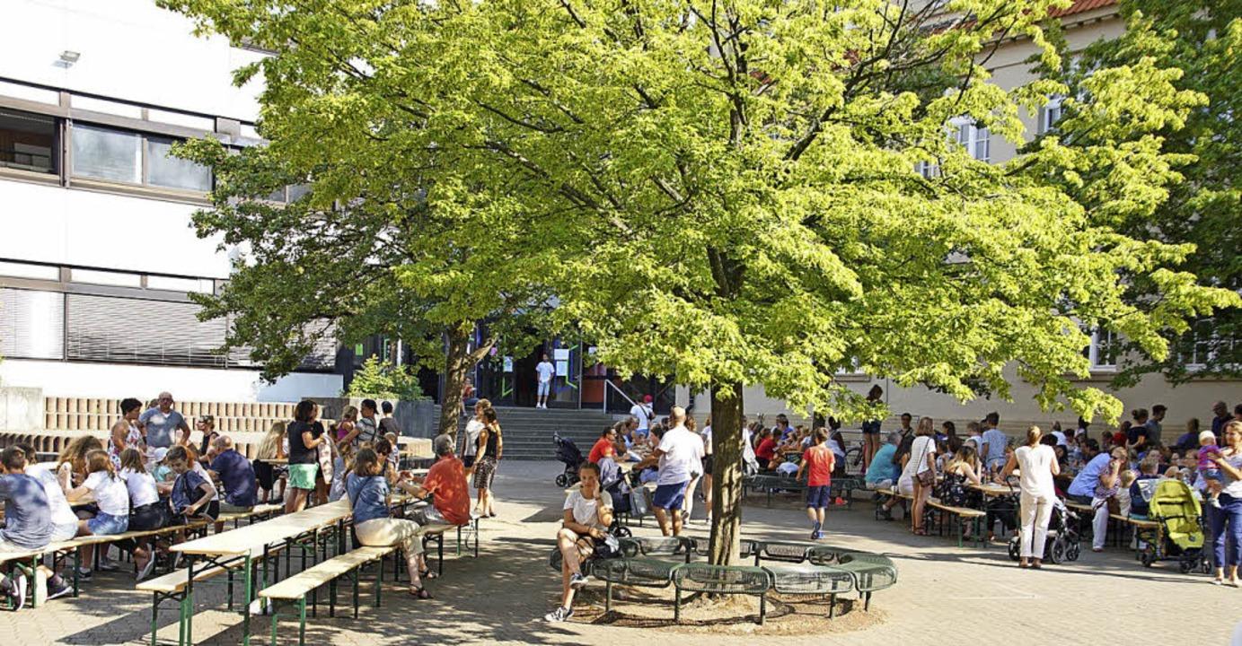 Abschlusshock im Schiller-Schulhof für einen guten Zweck.  | Foto: Schule