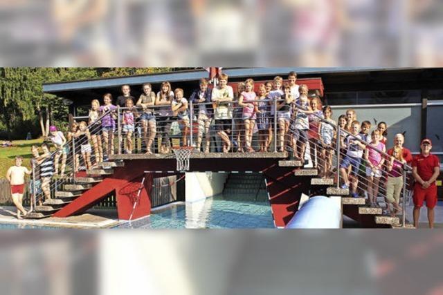 DLRG-Schwimmer schaffen Prüfung