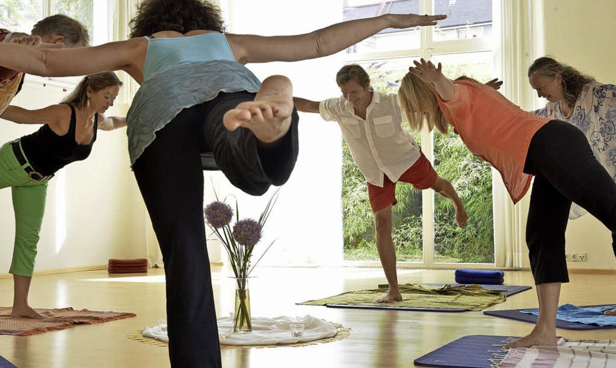Auch Yoga können Freiburger Erwerbslos...ger Yoga-Lehrer bei einer Vorführung.   | Foto: Michael Bamberger