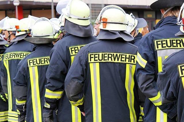 Zeugen schlagen Alarm – Senioren retten sich aus brennendem Haus