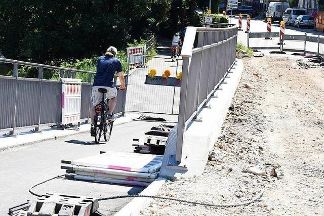 Stadt mahnt Radler, Gitter an der Kronenbrücke nicht zu verschieben