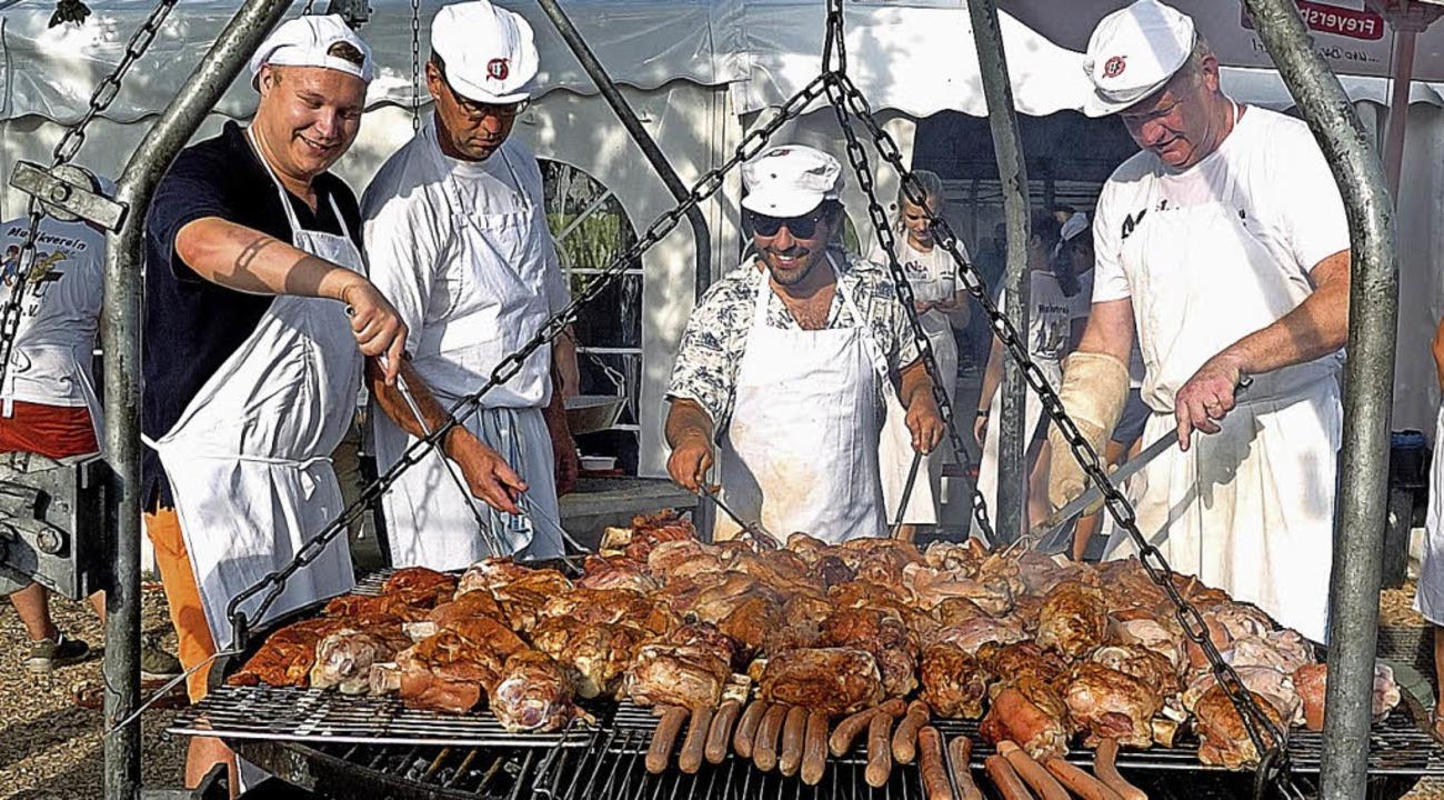 Alle Hände voll zu tun hatten die Männer am Grill.  | Foto: Jürgen Schweizer