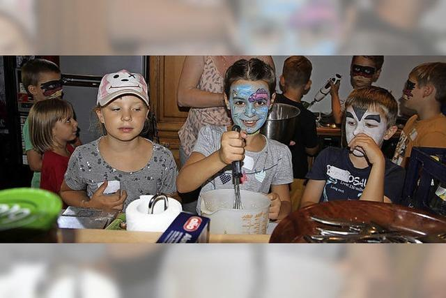Kinder basteln Bücherwürmer und backen Crêpes