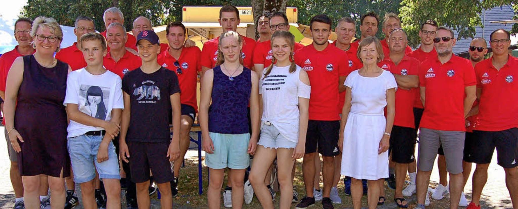 Bürgermeisterin Fränzi Kleeb (links) mit erfolgreichen Sportlern aus Stegen.     Foto: Christian Ringwald