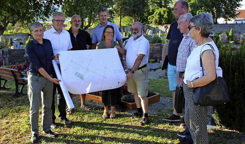 Planer, Bürgermeister und Gemeinderat ...gärtnergepflegtes Grabfeld anzulegen.     Foto: Mario Schöneberg