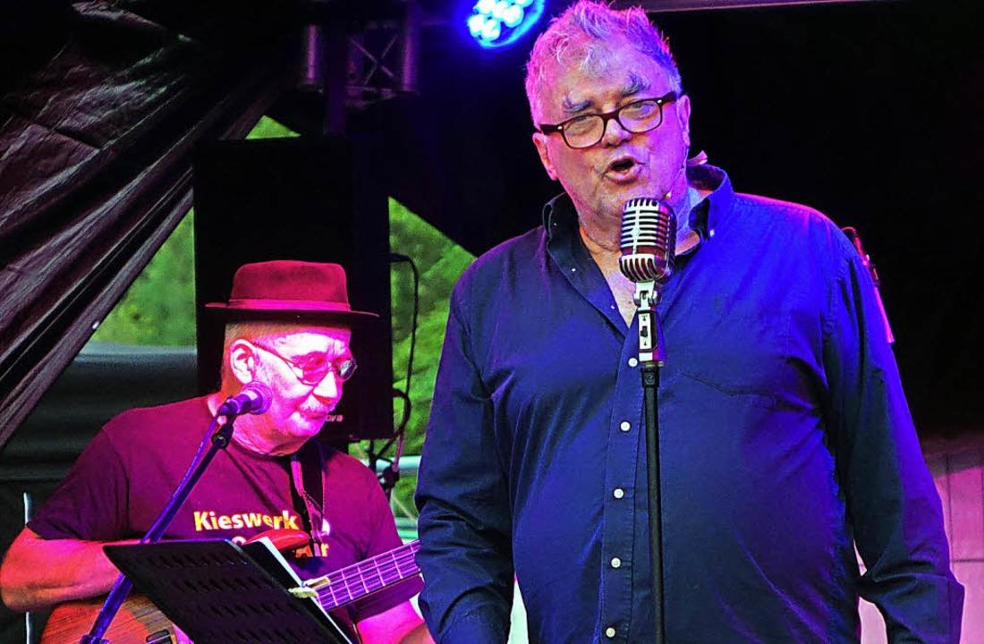 In neuer Rolle: Volkmar Staub mit dem Bassisten Gerd Maier   | Foto: frey